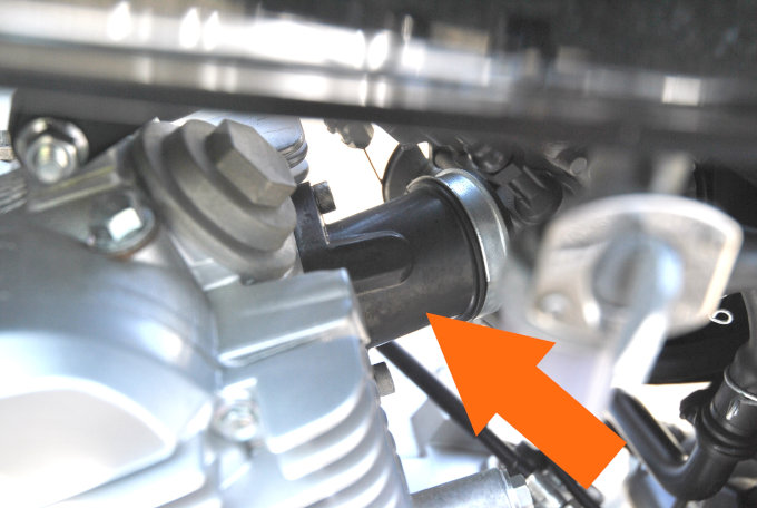 YB125SPのキャブ-エンジン間のパイプ