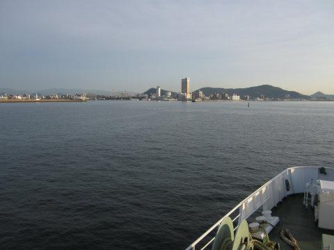 船から撮影。遠くに高松港のビルなどが見える
