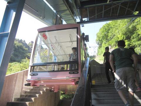 寒霞渓ロープウェイこううん駅の乗り場。ゴンドラが停車中