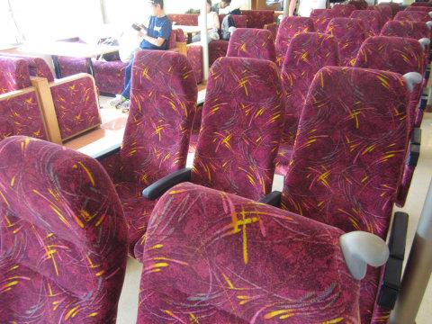 池田港発高松港行き船内の赤っぽい色の椅子