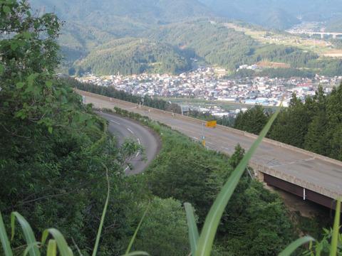 国道158号から油坂峠道路と白鳥の町を眼下に眺める2