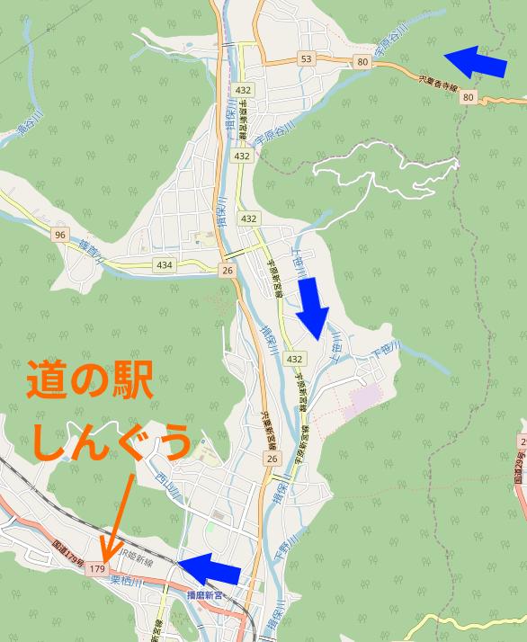 県道80号の峠から道の駅しんぐうへ矢印入り