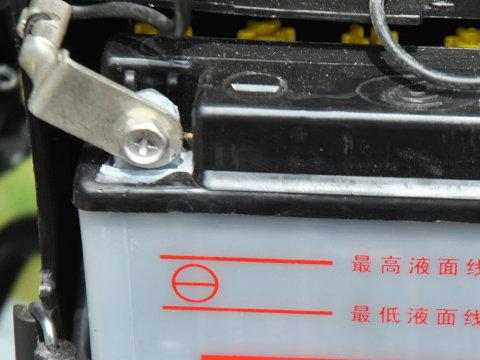 YB125SPのバッテリー端子拡大