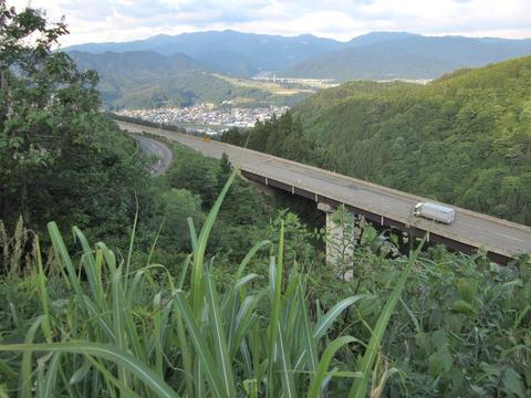 国道158号から油坂峠道路と白鳥の町を眼下に眺める1