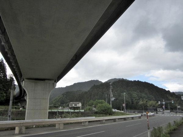 北近畿豊岡自動車道の高架下