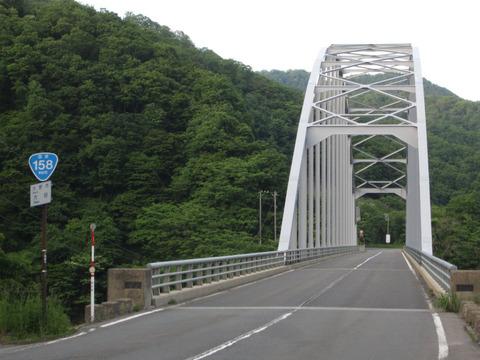 九頭竜湖周辺の白い橋と国道158号おにぎり