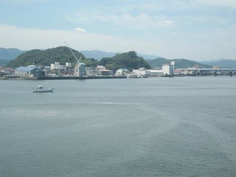 船上から徳島港を眺める