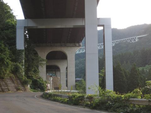 油坂峠道路高架下の道
